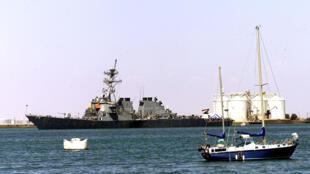 Le navire USS Cole, dans le port d'Aden, Yemen, en octobre 2000.