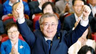 文在寅當選韓國總統後向支持者致謝