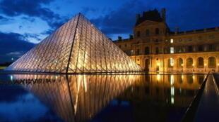 O Louvre, em Paris, é o terceiro museu mais presente no Facebook, atrás apenas do MoMA e do MET, em Nova York.