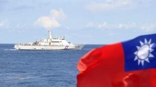 台湾的一艘海巡舰在离钓鱼岛25海里的海域,2012年9月13日。