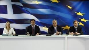 Da esquerda para direita: Os ministros gregos, Tina Birbili, Georges Papaconstantinou, Dimitris Reppas e Pavlos Geroulanos, durante conferência em Atenas sobre privatização.
