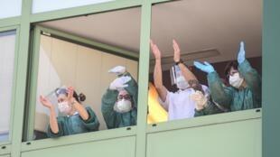 La courbe de contagiosité du coronavirus ralentit en Italie.
