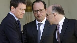 French Prime Minister Manuel Valls, Minister of Interior Bernard Cazeneuve and President Hollande at the Elysee palace after French police detained a man they suspect of planning an imminent armed attack on churches, 22 April 2015