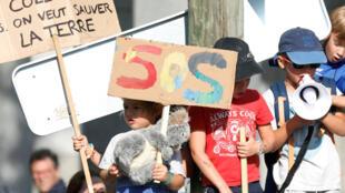 Des enfants assistent à une manifestation appelant les autorités à prendre des mesures d'urgence contre le changement climatique, à Paris (France), le 21 septembre 2019.