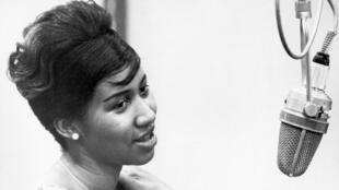 Ca sĩ Aretha Franklin trong phòng thu Columbia, 1962, ở New York.