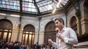 Инициатор «Праздника для Макрон» член «Непокорной Франции» Франсуа Руффен также был вдохновителем движения «Ночь на ногах» в 2016 году.