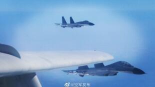 中國大陸空軍10日公布了轟六戰機與殲-11逾越台海中線的照片。
