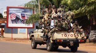 Soldados da Seleka durante combate em Bangui, capital da República Centro-Africana, nesta quinta-feira, 5 de dezembro de 2013.