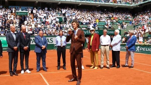 Guga discursa durante a homenagem em que recebeu o anel do Hall da Fama, em Roland Garros, em 11 de junho de 2017