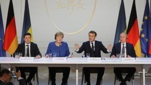 Từ trái sang phải: Tổng thống Ukraina Volodymyr Zelensky, thủ tướng Angela Merkel, tổng thống Pháp Emmanuel Macron và nguyên thủ Nga Vladimir Putin trong buổi họp báo sau cuộc họp thượng đỉnh tại điện Elysée, Parie ngày 09/12/2019.