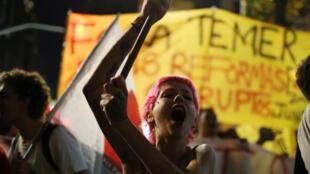 Una manifestante en protesta contra Temer, 30 de junio, Sao Paulo.