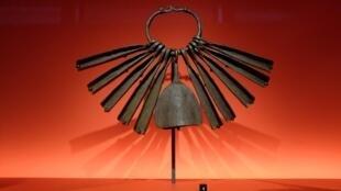 «Hochet», (artiste inconnu). L'une des plus impressionnantes sculptures rituelles réalisées par les Chamba et leurs voisins Vere. Nigeria, XIXe-XXe siècle, fer. «Frapper le fer», au musée du Quai Branly.