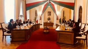 La délégation française à gauche, emnée par le ministre Le Drian, et la délégation malgache menée par le président Rajoelina pendant la signature des accords, ce jeudi 20 février 2020.