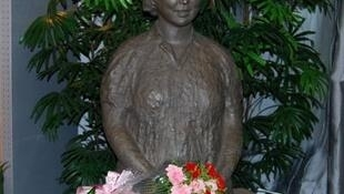 北京師範大學附屬實驗中學(原北師大女附中)校內的卞仲耘塑像。卞仲耘1966年8月5日在校園內亢奮的紅衛兵毆打致死。她當時是該校的副校長。