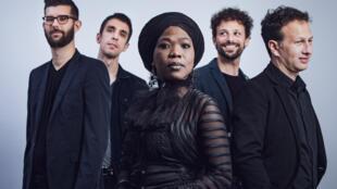 La chanteuse haïtienne Moonlight Benjamin et son groupe