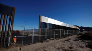 Parte de um muro recentemente construído na fronteira entre EUA-México que separa a cidade americana de Sunland Park, à cidade mexicana Juarez. 25/01/17