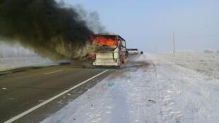 Причина возгорания автобуса, перевозившего мигрантов, пока не ясна.