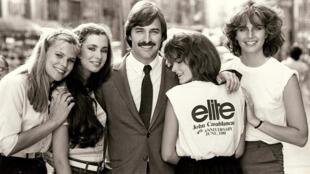 John Casablancas ao lado de suas modelos logo após a criação da agência Elite, nos anos 1970
