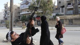 Um opositor ao regime atira em Alepo, na Síria, em fevereiro de 2013.