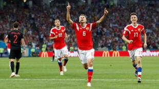 Cầu thủ Nga Denis Cheryshev (giữa) mừng bàn thắng mở tỷ số trong trận tứ kết gặp Croatia ngày 07/07/2018, trên sân Sotchi.