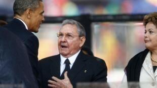 Le président américain Barack Obama sert la main de Raul Castro, président cubain, le 10 décembre au FNB Stadium de Johannesburg.