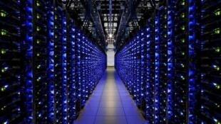 Un Centro de procesamiento de datos (CPD), donde se almacenan millones de mails. El mantenimiento de estos centros de datos (data center) requiere mucha energía (aire acondicionado, electricidad).