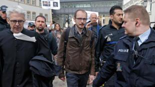 Antoine Deltour, chega ao tribunal do Luxemburgo. 26 de Abril de 2016.