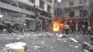 Prédio em Homs é atacado por bombardeios da aviação síria.