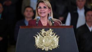Fotografía difundida por la presidencia de Bolivia de la presidenta interina Jeanine Anez anunciando el cierre de fronteras y la prohibición de movimiento dentro del país, hasta el 15 de abril en una conferencia de prensa en La Paz, el 25 de marzo de 2020.