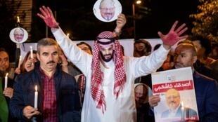 Des manifestants, dont l'un porte un masque représentant le prince Ben Salman, devant le consulat d'Arabie saoudite à Istanbul le 25 octobre 2018 où le journaliste Khashoggi a été découpé en morceaux.