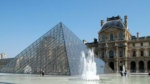 A famosa pirâmide do museu do Louvre, em Paris