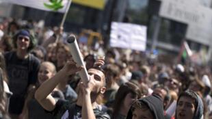 Manifestantes pidiendo la legalización del cannabis, plaza de la Bastilla, París, 9 de mayo de 2015.