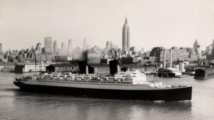 Paquebot Ile de France quittant New York.