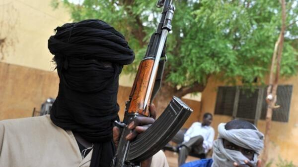 Deux membres du Mujao, en juillet 2012, lorsque le groupe occupait la ville de Gao, au Mali.