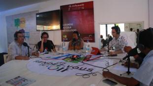 Hery Zo Rakotondramanana, Solofoh Tinah, Setra Rakotomalala, Mialisoa Randriamampianina, Ke Rafitoson, invités de l'Atelier des Médias à Antananarivo.
