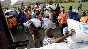 Des Haïtiens reçoivent de l'aide humanitaire à Les Anglais dans l'ouest de l'île le 11 octobre 2016.