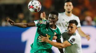 Le Sénégalais Ismaïla Sarr et l'Algérien Youcef Belaïli, à la lutte lors de la finale de la CAn 2019.
