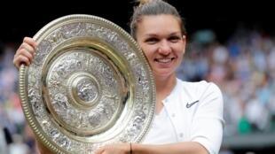 Simona Halep exibe troféu após sua vitória sobre Serena Williams, na final do torneio feminino de Wimbledon. 13.07 .2019