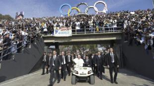 El papa a su llegada al estadio Venustiano Carranza, en Morelia, para una misa, 16 de febrero de 2016.