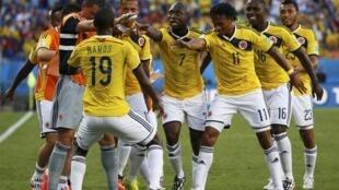 Jogadores da Colômbia comemoram classificação para as oitavas de final da Copa.