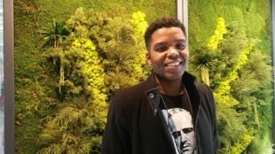 O cantor Wanderson Lemos de passagem pela RFI em Paris.