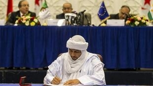 Bilal Agh Cherif, secretary general of The Coordination of the Movements of Azawad (CMA), signs a preliminary peace agreement in Algiers, 14 May 2015.
