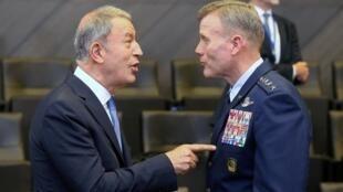 Bộ trưởng Quốc Phòng Thổ Nhĩ Kỳ Hulusi Akar và tư lệnh lực lượng đồng minh châu Âu (SACEUR), tướng Mỹ Tod Wolters tại cuộc họp các bộ trưởng quốc phòng NATO ở Bruxelles ngày 26/06/2019.