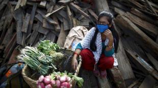 Una vendedora de verduras en las ruinas de un templo, Katmandú, 14 de mayo de 2015.