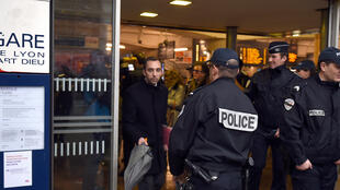 Полиция прибывает на вокзал в Лионе, 13 января 2018 года.
