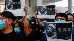 Người biểu tình Hồng Kông giương ảnh người sinh viên 22 tuổi, qua đời sau cuộc đụng độ với cảnh sát, Hồng Kông, 09/11/2019.