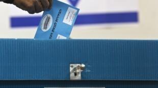 Un électeur israélien glisse son bulletin de vote dans l'urne, à Ramat Gan, près de Tel-Aviv, le 17 mars 2015.