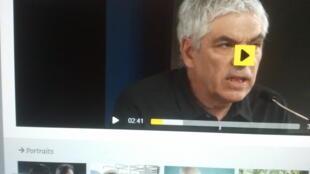 Captura de ecrã da conferência de imprensa do realizador português Pedro Costa e o seu filme Vitalina Varela prémiado no Festival de Locarno