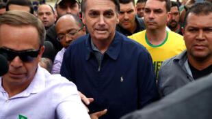 Jair Bolsonaro (giữa) ứng viên tổng thống của đảng cực hữu đảng Xã Hội Tự Do đi bầu cử tại Rio de Janeiro ngày 07/10/2018.