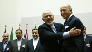 """Para el canciller francés Laurent Fabius (abrazado a su homólogo iraní Mohammad Javad Zarif), el acuerdo """"confirma el derecho de Irán a producir energía atómica civil pero excluye cualquier acceso al arma nuclear""""."""